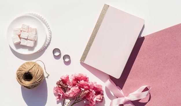 Vista superior arreglo de boda rosa y blanco