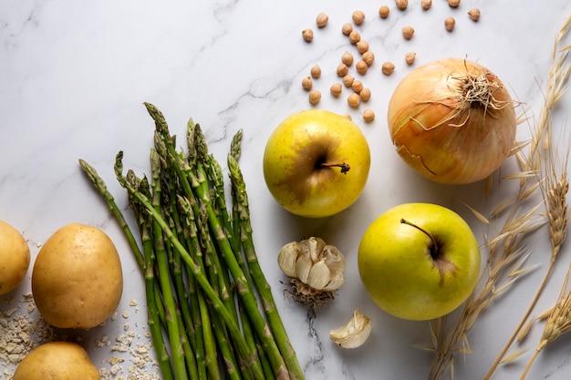 Vista superior del arreglo de cebollas y manzanas