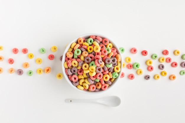 Vista superior del arreglo de cereal colorido