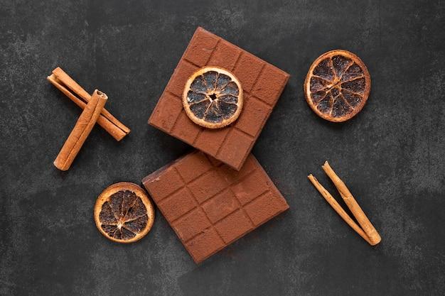 Vista superior arreglo de chocolate creativo sobre fondo oscuro