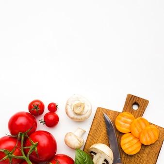 Vista superior arreglo colorido de verduras con espacio de copia