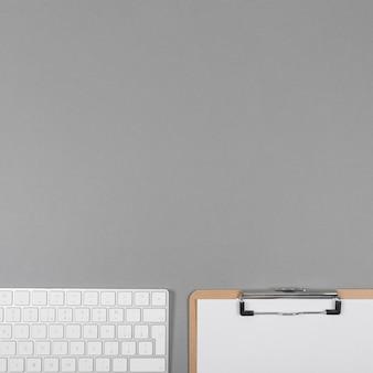 Vista superior arreglo comercial minimalista sobre fondo gris con espacio de copia