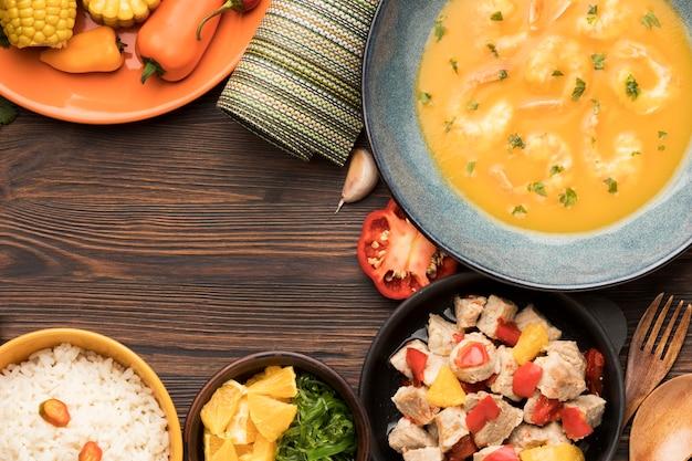Vista superior arreglo de comida brasileña