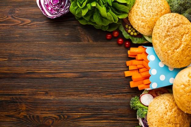 Vista superior arreglo de comida rápida vegana con espacio de copia