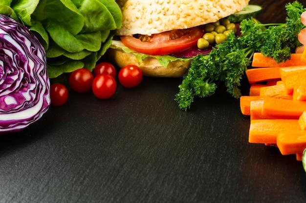 Vista superior arreglo de comida vegana con espacio de copia