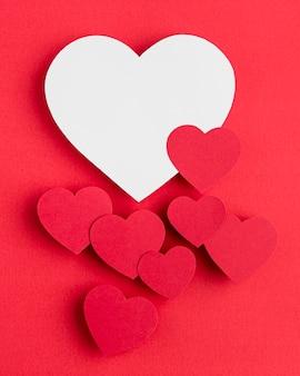 Vista superior del arreglo de corazones con espacio de copia
