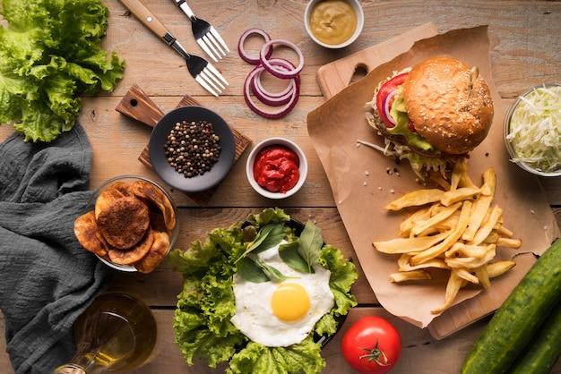 Vista superior arreglo creativo con menú de hamburguesas