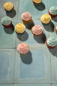 Vista superior del arreglo de cupcakes deliciosos