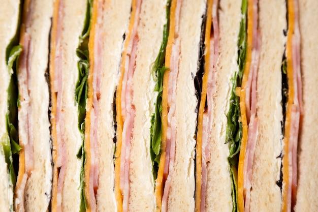 Vista superior arreglo de deliciosos sándwiches