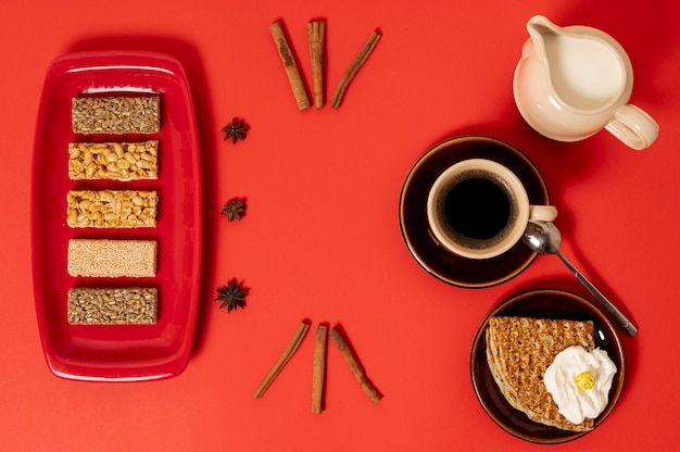 Vista superior arreglo de desayuno dulce sobre fondo liso