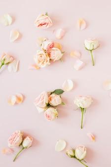 Vista superior del arreglo de elegantes rosas y pétalos