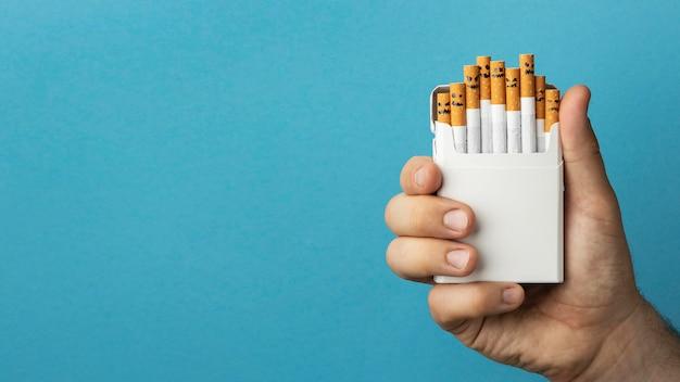 Vista superior sin arreglo de elementos del día del tabaco.