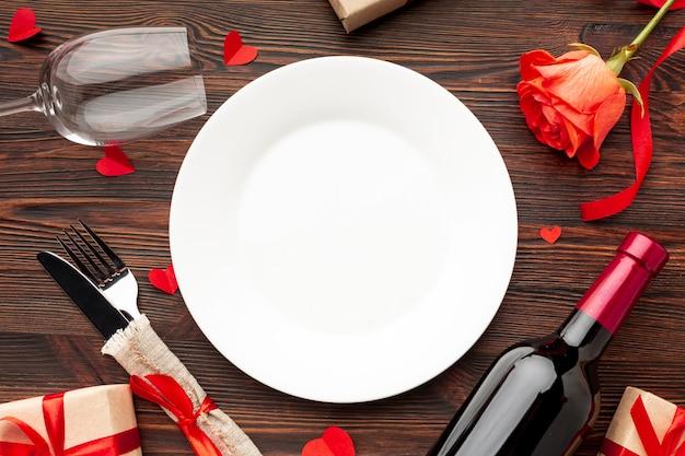 Vista superior arreglo encantador para la cena del día de san valentín en el fondo de madera