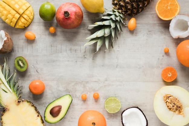 Vista superior del arreglo de frutas exóticas sobre la mesa