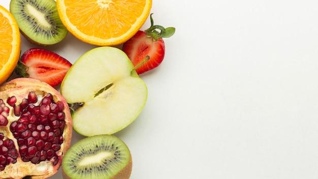 Vista superior del arreglo de frutas frescas