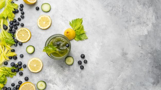Vista superior arreglo de frutas y jugos saludables