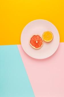 Vista superior arreglo con frutas en un plato