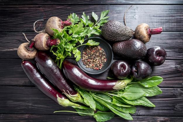 Vista superior del arreglo de frutas y verduras orgánicas.