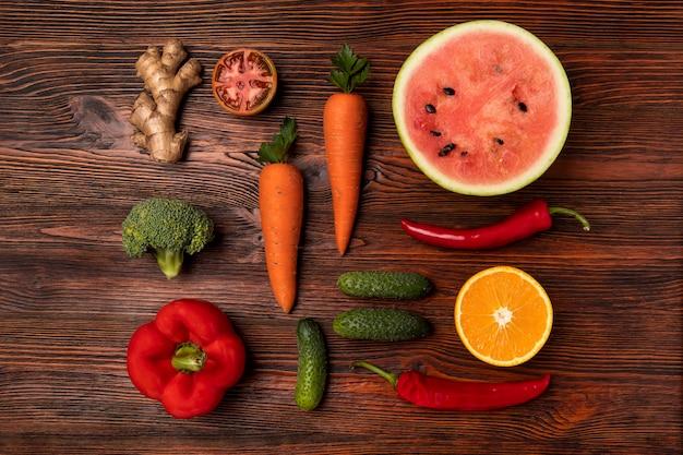 Vista superior del arreglo de frutas y verduras