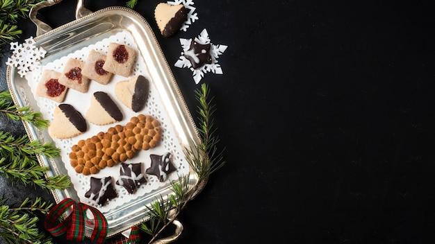 Vista superior arreglo de galletas de navidad con espacio de copia
