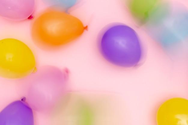 Vista superior arreglo de globos borrosos