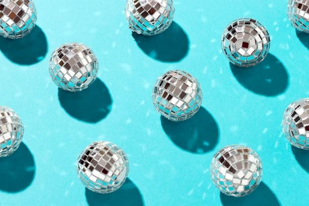 Vista superior del arreglo de globos de discoteca