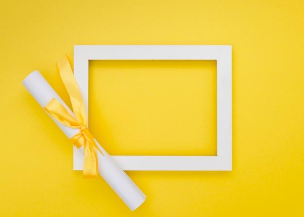 Vista superior arreglo de graduación festiva con marco vacío