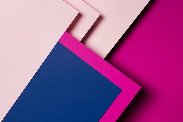 Vista superior del arreglo de hojas de papel de colores