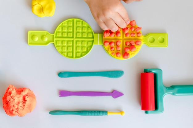 Vista superior del arreglo de juguetes
