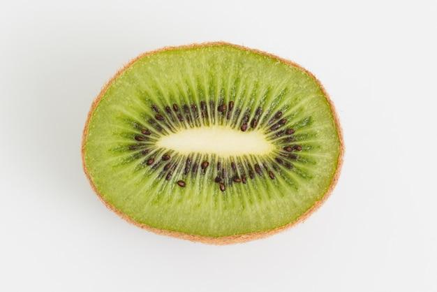 Vista superior arreglo con kiwi sobre fondo blanco.