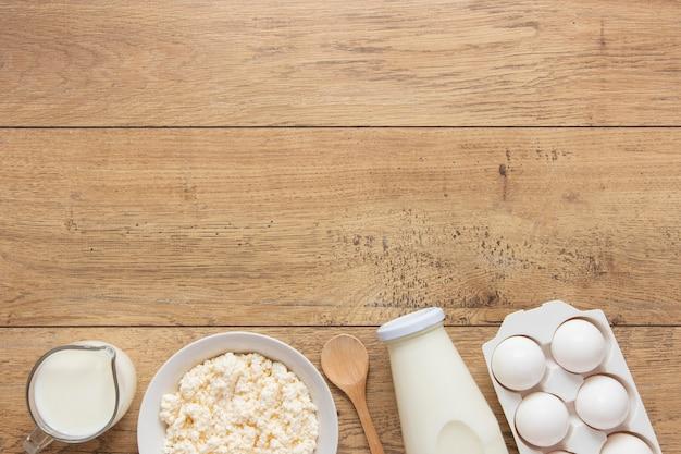 Vista superior arreglo de leche y huevos