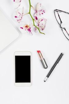 Vista superior arreglo de negocios femenino minimalista