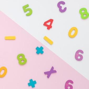 Vista superior del arreglo de números matemáticos coloridos