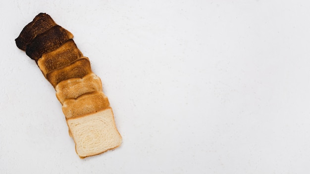Vista superior del arreglo de pan tostado