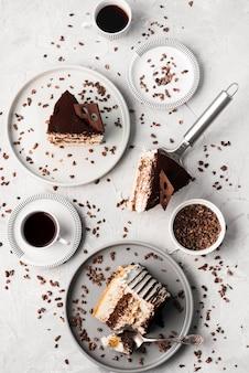 Vista superior del arreglo de pastel de chocolate