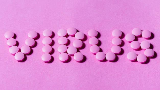 Vista superior arreglo de pastillas moradas