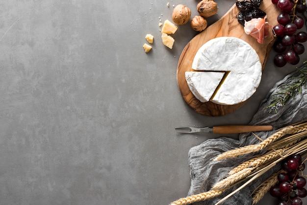 Vista superior arreglo de queso con espacio de copia