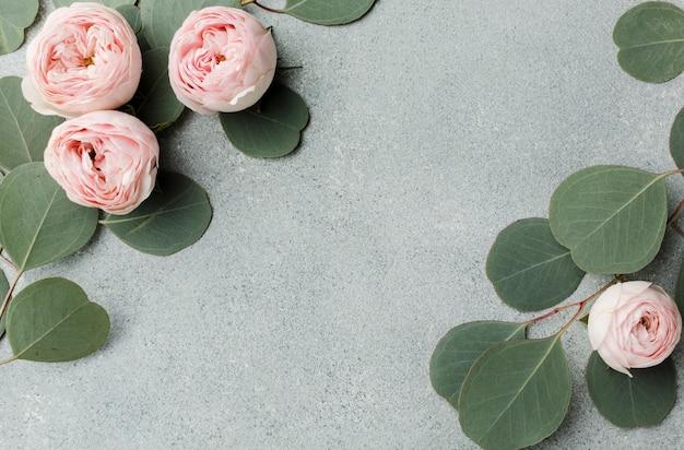 Vista superior del arreglo de ramas y rosas
