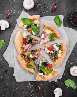 Vista superior arreglo de rebanadas de pizza esponjosa