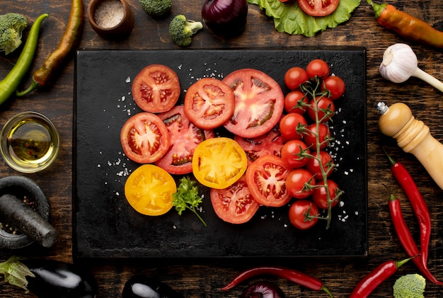 Vista superior arreglo de rodajas de tomate