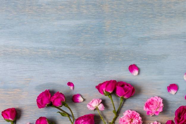 Vista superior arreglo de rosas sobre la mesa