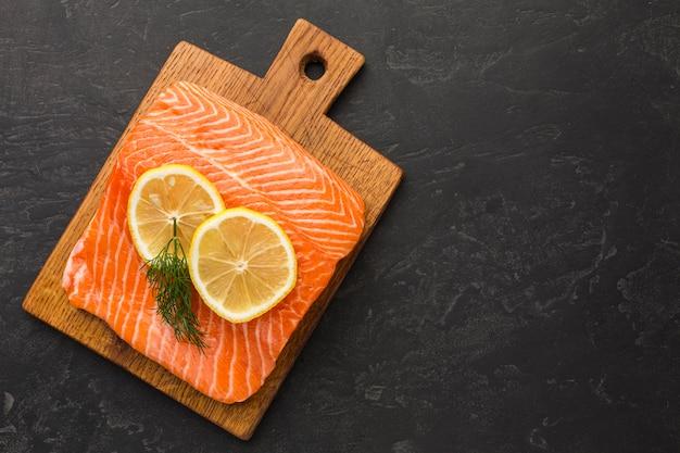 Vista superior arreglo de salmón y limón