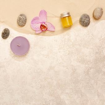 Vista superior arreglo de spa con flor rosa