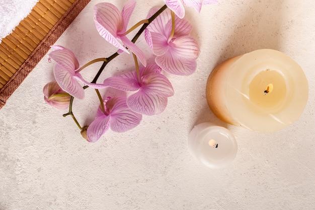 Vista superior arreglo de spa con velas y flores.
