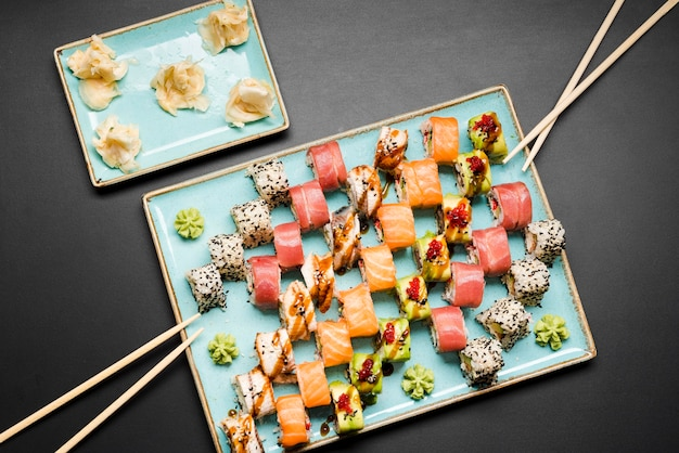 Vista superior del arreglo de sushi fresco