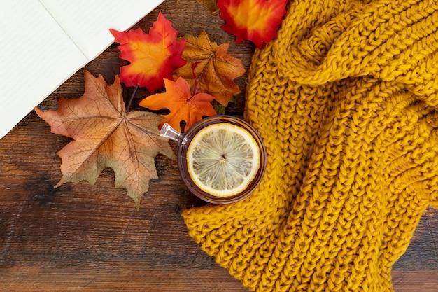 Vista superior del arreglo de la temporada de otoño en la mesa de madera