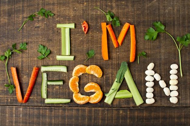 Vista superior arreglo vegano con comida saludable