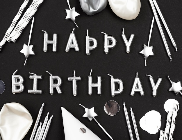 Vista superior de arreglo de velas de feliz cumpleaños