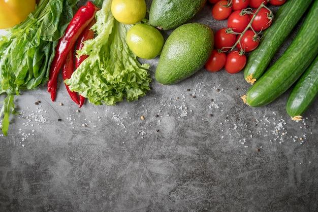 Vista superior del arreglo de verduras frescas