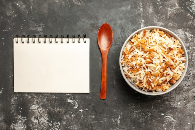 Vista superior del arroz cocido dentro de la placa en el escritorio oscuro plato oscuro comida oriental comida